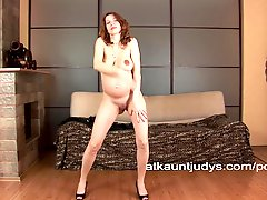 Pregnant And Mature Iviola Rubs Her Wet Pussy